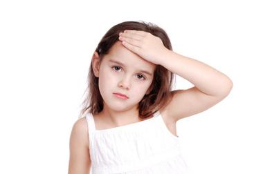 Kind hat Kopfschmerzen in der Stirn